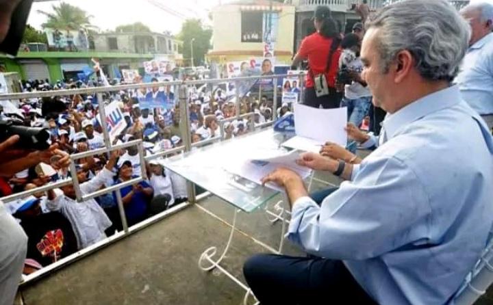 Abinader y candidato a alcalde Boca Chica firman acuerdo para desarrollo comunitario